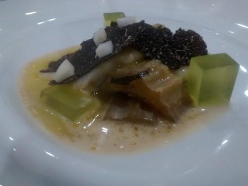 cocochas de bacalao, cardo rojo de Ágreda con crema de almendras y trufa negra