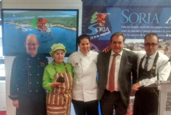 Foto: Elena Lucas y familia con el responsable de desarrollo turístico de la Diputación de Soria Martín Casado